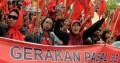 Massa yang tergabung dalam kader dan anggota Partai Rakyat Demokratik (PRD) berunjukrasa di kantor DPRD Sulsel, Makassar, Sulsel, Jumat (22/7).