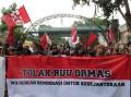 Ratusan massa aksi yang tergabung dalam Aliansi Tolak RUU Ormas menolak pengesahan RUU Ormas di Surabaya, Jumat (12/4/2013)
