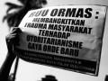 Aksi mahasiswa dan pelajar yang tergabung dalam Aliansi Pemuda, Mahasiswa, dan Pelajar Bandung Raya menggelar aksi di depan Gedung Sate, Bandung, Jawa Barat, Jumat (5/4/2013). (Foto: KOMPAS/Rony A Nugroho)